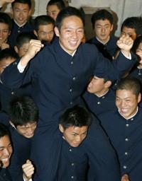 楽天に1位指名され、チームメートに肩車されポーズをとる桐光学園高の松井裕樹投手=24日夕、川崎市麻生区