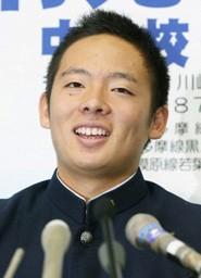 笑顔で記者会見する桐光学園高の松井裕樹