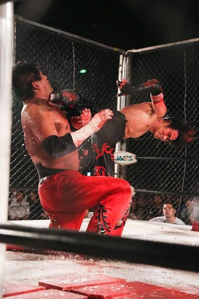 イサミ(右)が石川を破り、BJW認定デスマッチヘビー級王座を戴冠