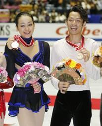 フィギュアスケートのNHK杯でアベック優勝を果たし、メダルを手に笑顔の浅田真央(左)と高橋大輔=9日、東京・国立代々木競技場