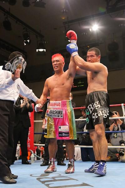 激闘及ばなかった挑戦者・竹原(右)も試合後は京太郎をたたえた