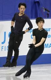 五輪代表「3」枠の行方は!? 全日本フィギュア、前日練習に臨む高橋(左)と羽生