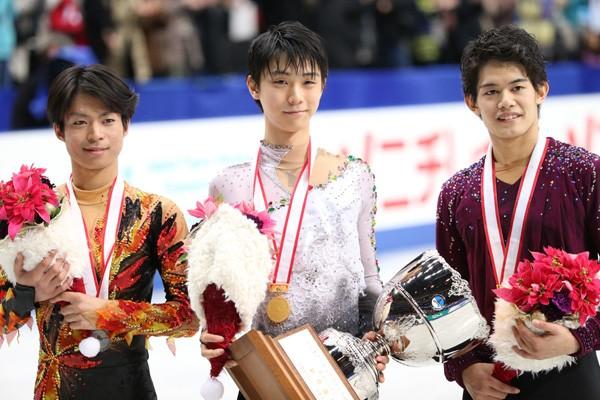 全日本フィギュア2連覇を達成した羽生(中央)、2位の町田(左)、3位の小塚