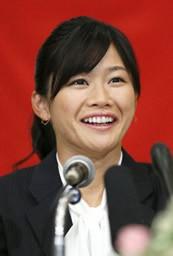 女子サッカー、米プロリーグNWSLのシアトル・レインに期限付きで移籍が決まり、記者会見する川澄奈穂美=11日、神戸市