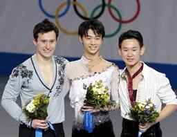 フィギュアスケート男子で金メダルを獲得した羽生結弦。左は銀のパトリック・チャン、右は銅のデニス・テン=ソチ
