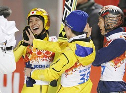 銀メダルを獲得し祝福される葛西(左)