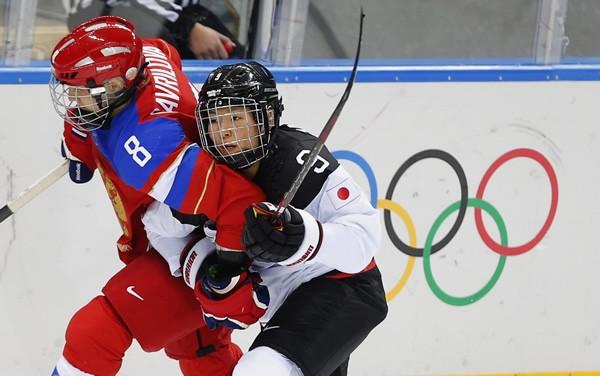 開催国ロシアと競り合った日本。意気込みは十分出ていたが……。写真はロシア選手と競り合う竹内愛奈(右)
