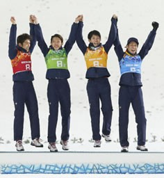 ジャンプ団体で銅メダルを獲得し、表彰台で跳び上がって喜ぶ(左から)清水礼留飛、竹内択、伊東大貴、葛西紀明=ソチ