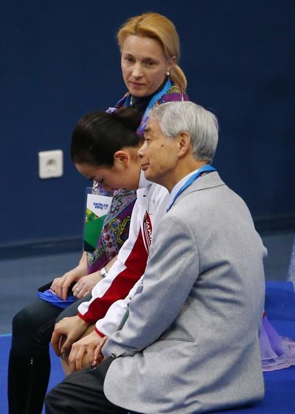 演技後、キス&クライで肩を落とす浅田(中央)