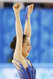 女子フリーの演技を終え、声援にガッツポーズで応える浅田真央=ソチ
