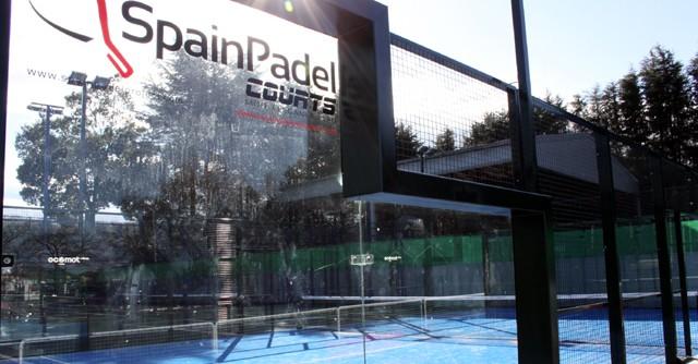 パデルコートのサイズはテニスコートの約半分。周囲は強化ガラスと金網により仕切られている