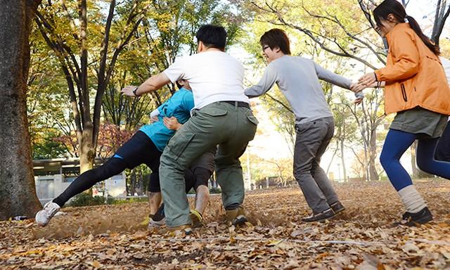 写真左に注目。3人がかりで捕獲にきながらも、足はセンターラインを超えているので、この場合は攻撃側に3ポイントが加算。