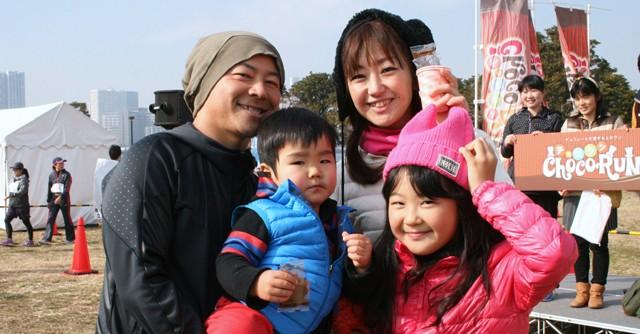 秋田昌士さん、美紀さん、乃海さん(10歳)、歩昌くん(2歳)