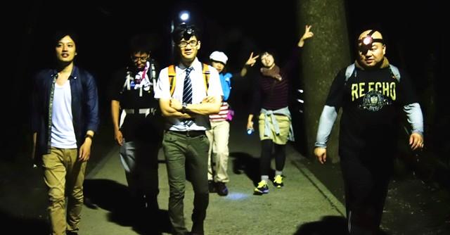 夜中に高尾山頂上を目指して出発する人々