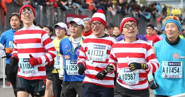 仮装を楽しむ人々も多い東京マラソン。あまり今まで日本では見られなかったスポーツの光景だろう