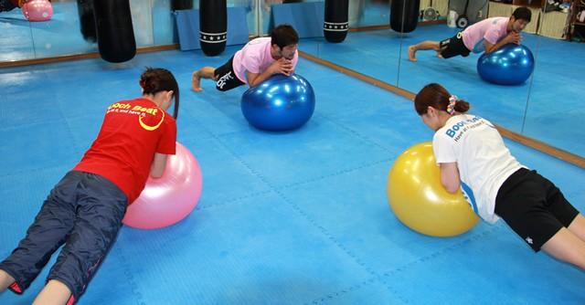 バランスボールなどさまざまな器具を使って普段使わない箇所を刺激、それによって体が目覚めていく