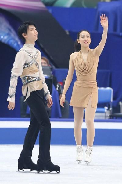 エキシビジョンで観客の声援に応える浅田真央(右)と羽生結弦