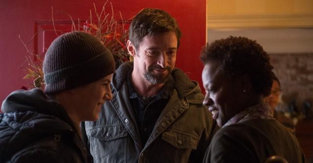 映画『プリズナーズ』撮影中のジャックマン(中央)。服の下にはウルヴァリン役のために鍛えた肉体が隠されていた