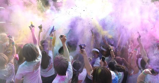ゴール後のイベントスペース。DJの合図で参加者がカラーパウダーを掛け合い、テンションMAX!