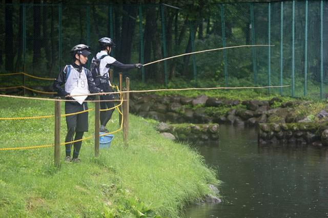 釣り堀で釣りをするアスリート。これもアドベンチャーレース。「エクストリームシリーズ2013尾瀬檜枝岐大会」での風景。