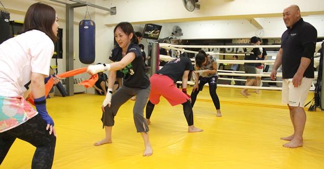 和田良覚トレーナー(右)は毎週木曜日の夕方にHAYATOジムで指導、和田さんのメニュー目当てでやってくる女子も多いという