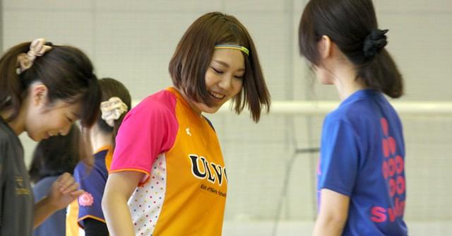 ULVO代表でコーチも務める山本さん(中央)。初心者には個別レッスンも
