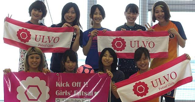 ULVOのロゴタオルを掲げる山本さん(後列右)と参加メンバー。みなさん、本当に楽しそうでした!