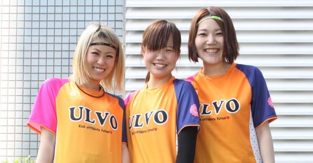 はぎちゃんさん、ともかさん、山本さんが着ているのは、ULVOオリジナルユニホーム。オレンジ色と水玉柄がベースのユニも人気です!