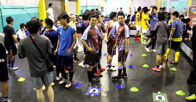 フィスコフットサルアレナとしまえんで行われた午後のセッションは41チームが参加。試合を待つチームは、コート番号が記されたところで試合観戦
