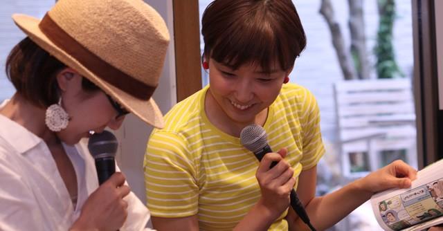 鈴木さん(左)の山歩きメモを覗く四角さん