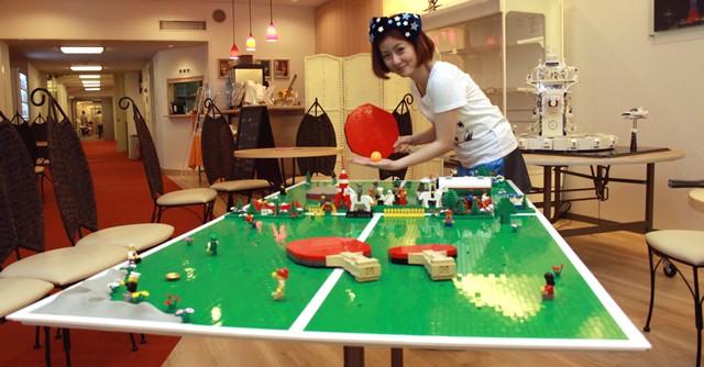 四元奈生美選手もLEGO卓球には興味津々、実際にプレーもした