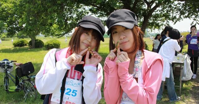 「フォーチュンクッキー」に入った色紙と同じ色のものを撮影。岸仁美さん(左)と中澤仁美さんの仁美コンビは緑色の色紙をひきました