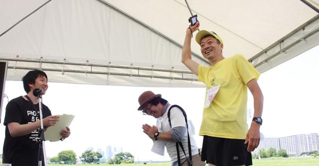 「写真を本気で撮っていたで賞」の辰巳郁雄さん(右)とほしのひろまささん(中央)