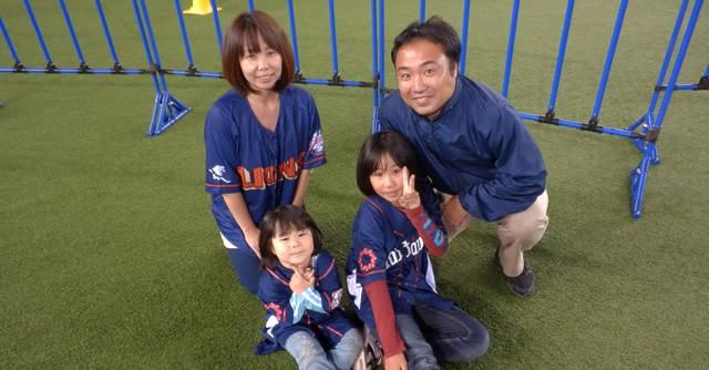 """家族そろって西武ファンの石原さんご一家。お姉ちゃん(写真右下)は野球チームに所属。妹ちゃんは""""おかわりくん""""こと中村剛也選手が大好き"""