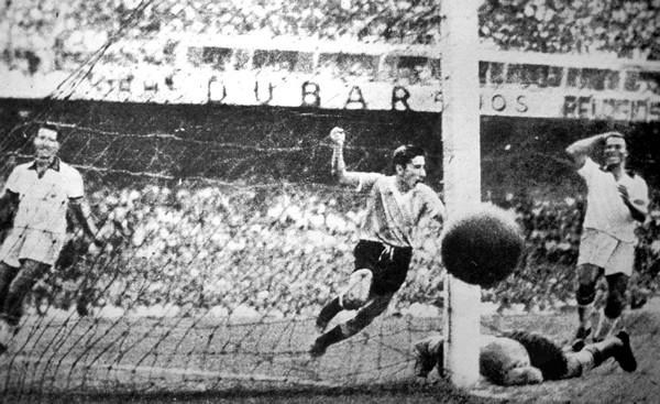 1950年のW杯、ウルグアイのギジャ(中央)が決めた決勝ゴールはブラジル国民に大きな悲しみを与えた