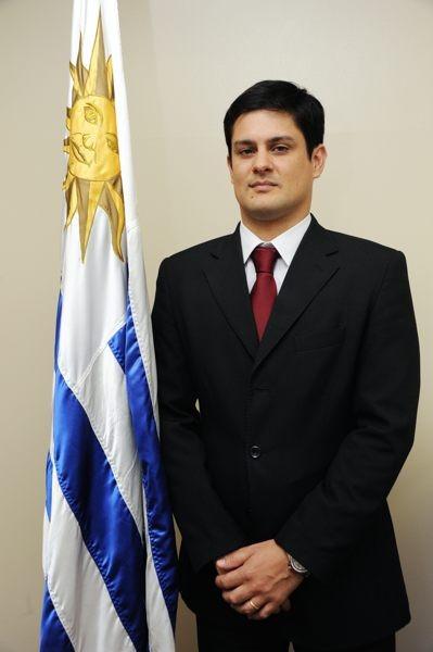 ウルグアイ大使館のペレダ領事は、サッカーのスター選手は大統領並の知名度があると話す
