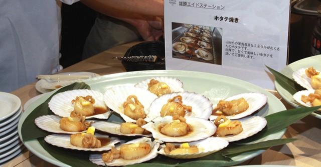 会見場で振舞われた雄勝町の名産「ホタテ焼き」、美味しゅうございました
