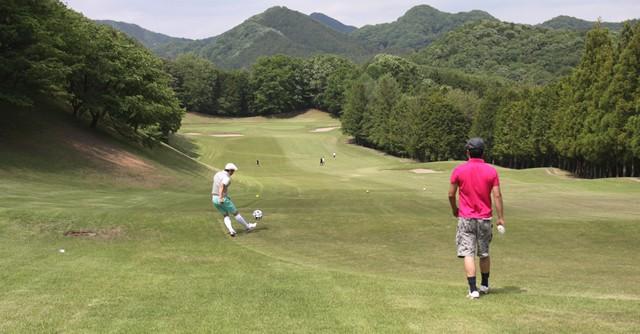 広大なゴルフ場で思い切りボールを蹴る、これだけで気持ちいい