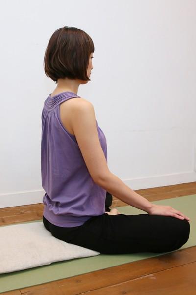 長時間座るのが苦痛な人は、折り畳んだブランケットに半分だけ座ることで高さをつけて
