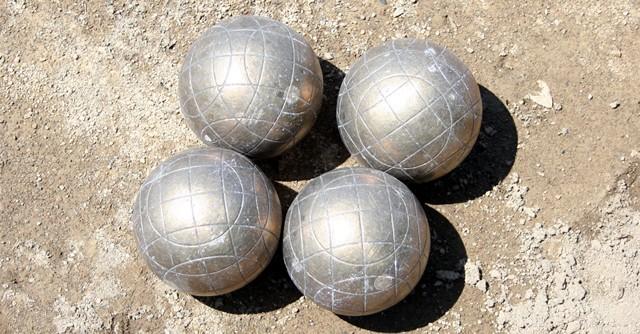 これが投げるボール。金属製のこちらのタイプは直径90mm〜110mm、重さ900g以上1200g以下の規定があり、実際手にするとズシリとした重量感がある