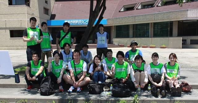 ゴミ拾いボランティアのNPO団体「グリーンバード」のみなさん。この日は、国士舘大学のメンバーを中心に、複数チームに分かれてエントリー。学生チームは見事3位に入りました