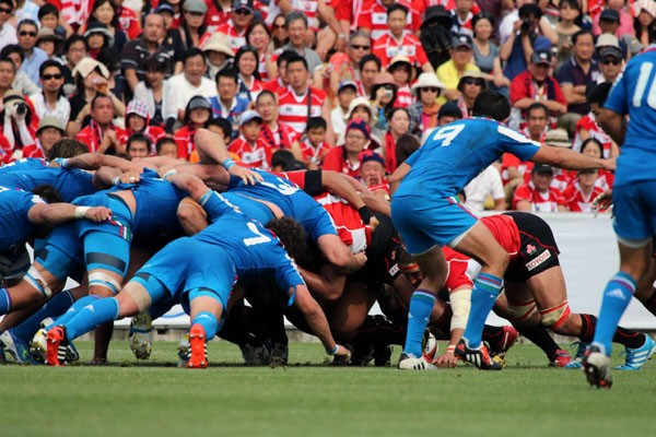 強豪・イタリア(青)を押し込んだ日本(赤)のスクラム。日本の方が低く組んでいることが分かる