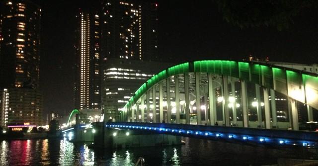 勝どき橋。橋から見る夜景は、風景が水面に映えて美しい