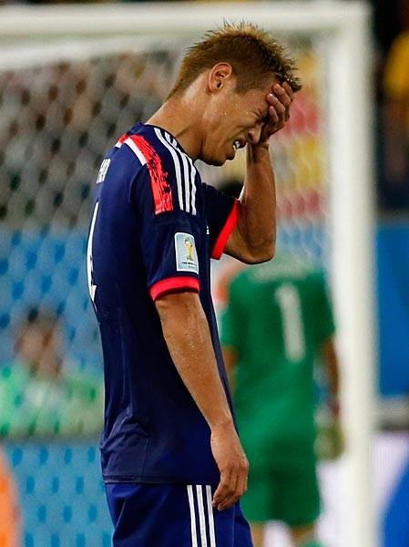 グループリーグ敗退が決まり、うなだれる本田。「W杯優勝」という壮大な目標に挑んだが、本調子には程遠く、不本意な結果に終わってしまった
