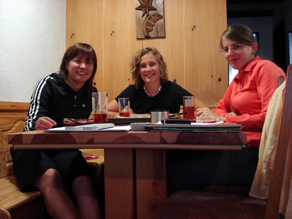 初めてスイスチームに入った時の夕食。左から竹内、パトリシア・クマー、フレンツィ・コーリー。親友であり良きライバルだ