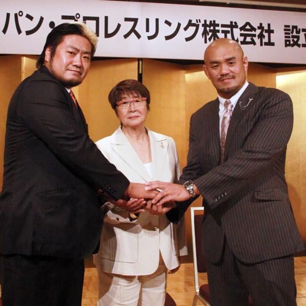馬場イズムの継承を誓った秋山社長(右)と諏訪魔専務、相談役となった故・馬場夫人・元子さん