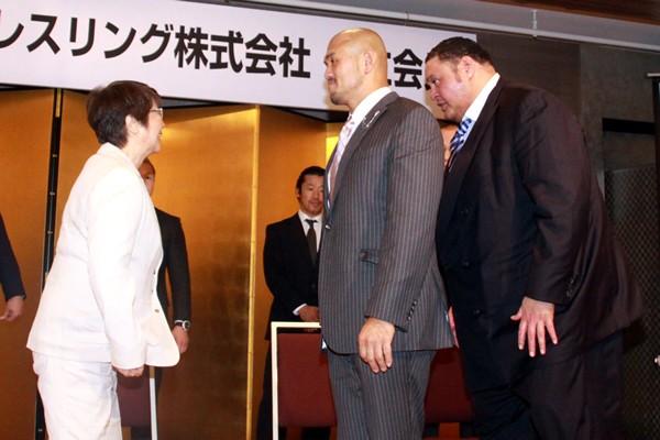 会見終了後、曙ら選手から挨拶を受ける元子さん。相談役として秋山全日本を裏側から支える