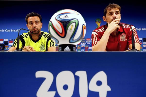 """グループリーグで敗退した""""元""""世界王者スペインはどう変わるのか。国民はシャビ(左)やカシージャス(右)を外し、世代交代を望む声が聞かれる"""