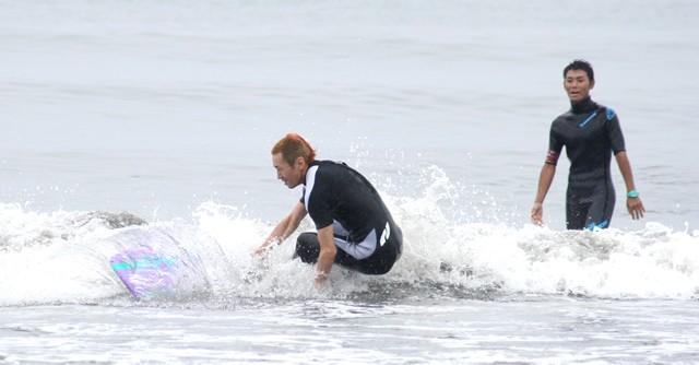 波とボードと格闘中