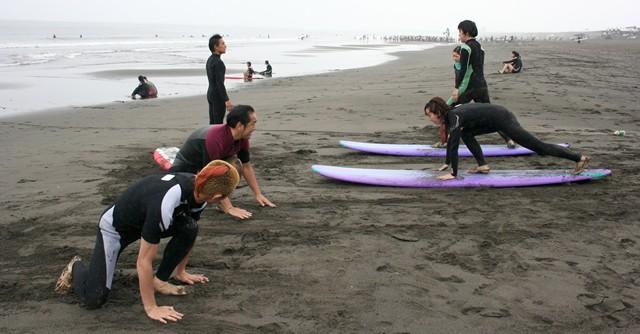 プッシュアップからボードの上に立つ練習を陸の上で反復練習
